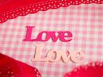 """赤いリボンと""""Love""""の文字"""