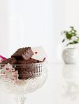 器に入ったチョコレートとメッセージカード