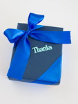 """""""Thanks""""の文字が入った青いギフトボックス"""