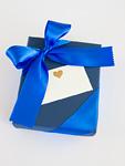 メッセージカードと青いギフトボックス