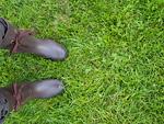 レインブーツを履いた女性の足