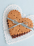 リボンを結んだハート形のクッキー