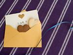 メッセージカードとハート形のクッキー