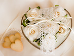 白いバラのフラワーアレンジメントとクッキー