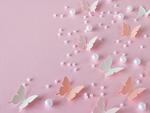 パステルカラーの蝶とビーズ