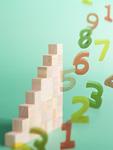 数字と木の階段