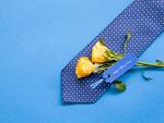 ネクタイと黄色いバラ