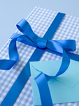 青いギフトボックスとメッセージカード