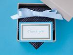 ネクタイが入ったギフトボックスとメッセージカード