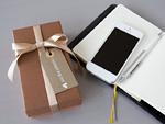 ギフトボックスと手帳とスマートフォン