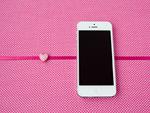 スマートフォンとピンクのハート
