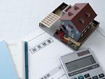 見積書と建築模型と電卓