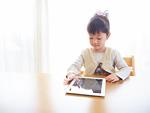 タブレットPCを操作する女の子