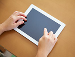 タブレットPCを触る30代女性の手