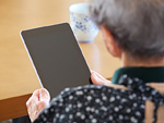 タブレットPCを触る90代女性