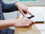 タブレットPCを触る60代女性の手