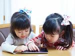 タブレットPCで遊ぶ姉妹