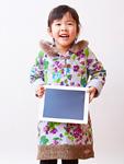 タブレットPCを持つ女の子