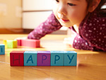 英字積み木遊びする女の子