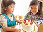 ケーキを囲む姉妹