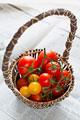 タイトル:トマトと籠