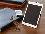 バインダー式ノートと眼鏡とスマートデバイス