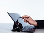 タブレットPCをタッチペンで操作する手