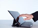 タブレットPCの画面を触る手