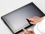 タブレットPCを操作する手