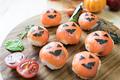 タイトル:スモークサーモンのハロウィンてまり寿司