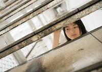 階段から覗く女性