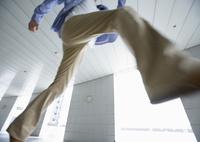 飛び越える男性