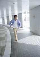 走る若い男性