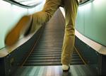 動く歩道と男性の足