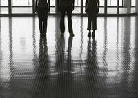 三人の若者の足