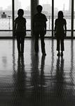 三人の若者のシルエット