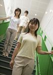 階段に立つ三人の若者