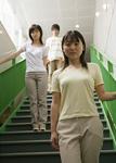 階段に立つ若者たち