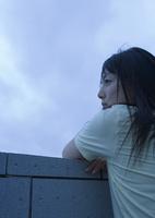 遠方を見つめる女性