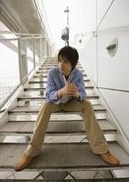 階段に座る男性