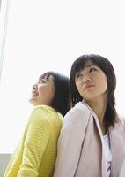 二人の若い女性