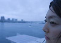 船上の若い女性