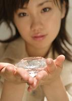 カットガラスを持つ女性