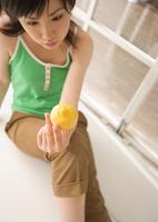 レモンを見つめる女性