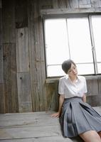 窓辺に座る女子高生