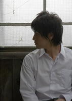 窓辺の若い男性