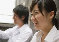 笑顔の女性と男性