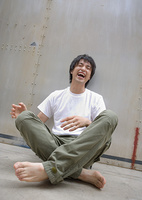 笑う若い男性