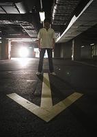 駐車場の矢印と男性