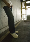 壁際の男性の足